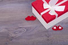 Cadeau pour le jour de valentines et les coeurs rouges Photos stock