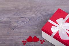 Cadeau pour le jour de valentines et les coeurs rouges Image libre de droits