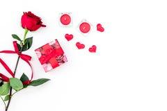 Cadeau pour le jour du ` s de Valentine La rose de rouge, boîte-cadeau, les coeurs rouges se connecte l'espace blanc de copie de  Photos libres de droits