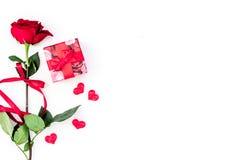 Cadeau pour le jour du ` s de Valentine La rose de rouge, boîte-cadeau, les coeurs rouges se connecte l'espace blanc de copie de  Photo stock