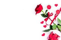 Cadeau pour le jour du ` s de Valentine La rose de rouge, boîte-cadeau, les coeurs rouges se connecte l'espace blanc de copie de  Photographie stock