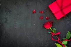 Cadeau pour le jour du ` s de Valentine La rose de rouge, boîte-cadeau, les coeurs rouges se connecte l'espace noir de copie de v Photo libre de droits