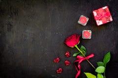 Cadeau pour le jour du ` s de Valentine La rose de rouge, boîte-cadeau, les coeurs rouges se connecte l'espace noir de copie de v Photos stock