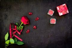 Cadeau pour le jour du ` s de Valentine La rose de rouge, boîte-cadeau, les coeurs rouges se connecte l'espace noir de copie de v Image libre de droits