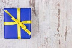 Cadeau pour Noël ou toute autre célébration sur la planche en bois, l'espace de copie pour le texte Image libre de droits