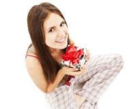 Cadeau/présent mignons heureux de fixation de jeune femme. Photos libres de droits