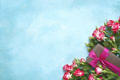 Cadeau romantique : bouquet des roses et du bonbon roses Vue supérieure avec c Photos stock