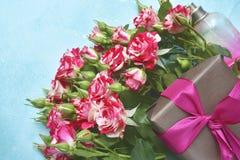 Cadeau romantique : bouquet des roses et du bonbon roses Vue supérieure avec c Photographie stock