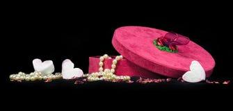 Cadeau romantique des coeurs et des perles pour le jour de valentines Photographie stock