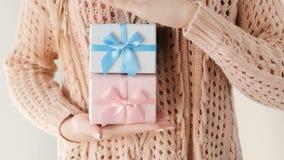 Cadeau rose bleu de la fille deux actuels de fête de naissance de genre banque de vidéos