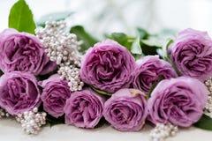 Cadeau rose de composition florale en anniversaire de roses Image libre de droits