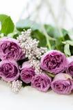 Cadeau rose de composition florale en anniversaire de roses Photo stock