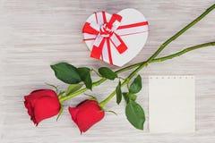 Cadeau, roses et papier de jour du ` s de Valentine sur le fond en bois. Image stock