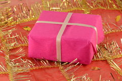 Cadeau rouge avec un ruban blanc et un arc Photo libre de droits