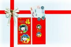 Cadeau rouge d'enveloppe avec des billets de banque Images libres de droits