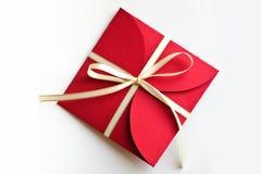 Cadeau rouge d'enveloppe de Noël Images stock