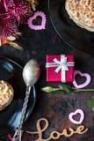 Cadeau rouge de boîte au-dessus de table noire avec le désert doux Photographie stock libre de droits