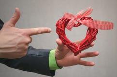 Cadeau rouge de forme de coeur dans la main d'homme d'affaires Cadeau de l'amour Amour actuel Le fond de concept de proposition U Photo libre de droits