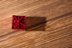 Cadeau rouge et blistyaschy Photo stock