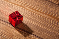 Cadeau rouge et blistyaschy Photos stock