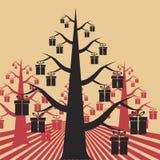 Cadeau s'élevant sur des arbres Image libre de droits