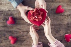 Cadeau spécial d'amour de l'homme à la femme Images stock