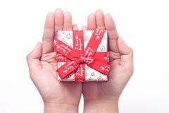 Cadeau sur la main Photo stock