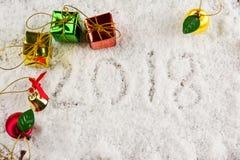 Cadeau sur la neige avec 2018 le texte, concept de nouvelle année Images libres de droits