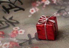 Cadeau sur le tissu avec des hiéroglyphes Images stock