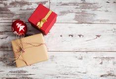 Cadeau sur le vieux bureau en bois Photographie stock libre de droits