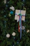 Cadeau sur les branches de l'arbre de Noël photographie stock