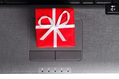 Cadeau sur un clavier d'ordinateur portatif Photo stock