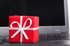 Cadeau sur un clavier d'ordinateur portatif Photo libre de droits
