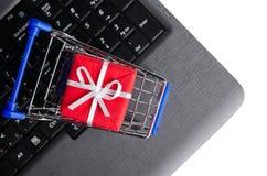 Cadeau sur un clavier d'ordinateur portatif Photos stock