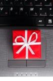 Cadeau sur un clavier d'ordinateur portatif Photographie stock libre de droits