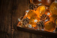 Cadeau, surprise, mandarines, cône, présents, lumière, concept de nouvelle année photos stock