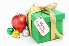 Cadeau vert de Noël avec l'ornement et l'étiquette Images libres de droits