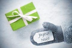 Cadeau vert, gant, Joyeux Noel Means Merry Christmas, flocons de neige Photo libre de droits