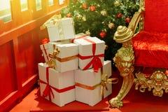 Cadeaux élégants de Noël déformés en livre blanc Photos stock
