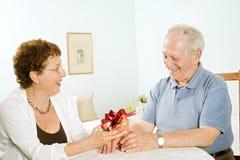 Cadeaux aînés de couples Image stock