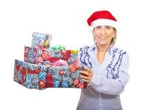 Cadeaux aînés de Noël de fixation de femme Photo libre de droits