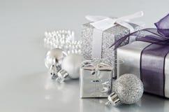 Cadeaux argentés de Noël photo stock
