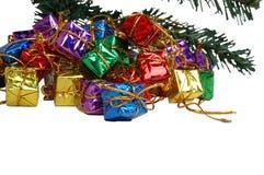 Cadeaux au-dessous d'un arbre de Noël Images stock