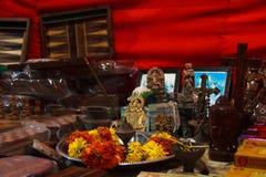 Cadeaux aux dieux pour un commerce réussi au marché de nuit, Goa, Inde Photos stock