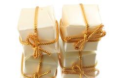 Cadeaux avec leur réflexion sur le fond blanc Photo stock