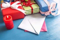 Cadeaux colorés et lettres vides Image libre de droits