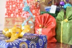 Cadeaux colorés sur Noël photo libre de droits
