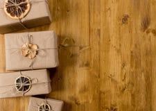 Cadeaux décorés de l'agrume sec sur la vue supérieure de fond en bois images libres de droits