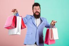 Cadeaux d'achat à l'avance Appréciez vendredi noir de achat Achats de hippie avec la remise Homme d'affaires barbu de hippie d'ho images libres de droits