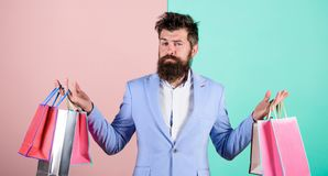 Cadeaux d'achat à l'avance Appréciez vendredi noir de achat Achats de hippie avec la remise Homme d'affaires barbu de hippie d'ho photographie stock